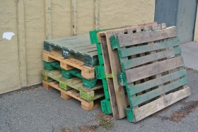 Wooded pallets for moving beer are made from oak. Photo KDG